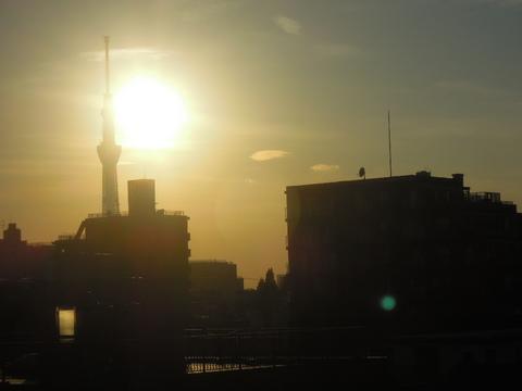 スカイツリーと夕陽をニコンP300で撮影(成田エクスプレスから)