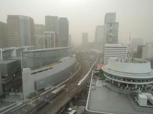 黄砂 有楽町の上空が茶色い(ニコンP310で撮影)煙霧(えんむ)