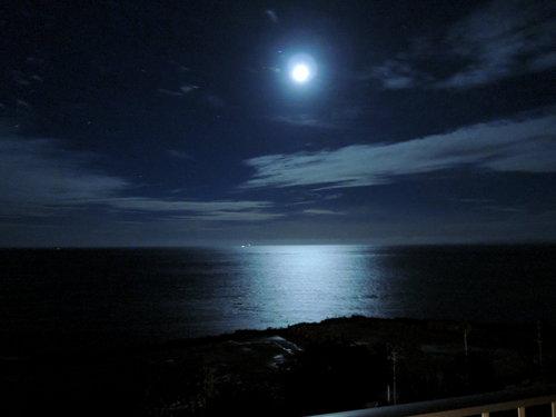 沖縄の瀬長島ホテルの部屋から月明かりの海